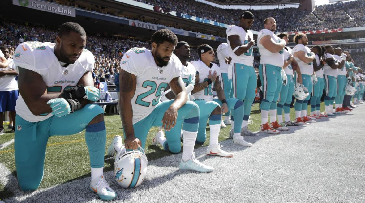 arian-foster-dolphins-national-anthem-kneel